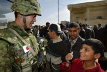 Japanese soldier welcomed by Iraqi boy -- 22 Jan 04 (Reuters pix)